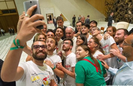 29-06-2017-jongeren-maken-selfie-met-de-paus