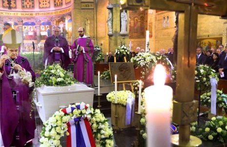 ROTTERDAM - Uitvaart van Ruud Lubbers in de Laurentius en Elisabeth Kathedraal te Rotterdam. De oud-premier overleed op 78-jarige leeftijd. Aan het slot van de viering bewierookt Mgr. van den Hende de kist tijdens de absoute ANP RAMON MANGOLD
