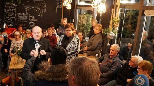 Bisschop Van den Hende spreekt op bijeenkomst na brand OLV Geboortekerk in Hoogmade