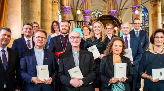 Bisschop Liesen ontvangt vernieuwde Bijbelvertaling Nederlands-Vlaams Bijbelgenootschap